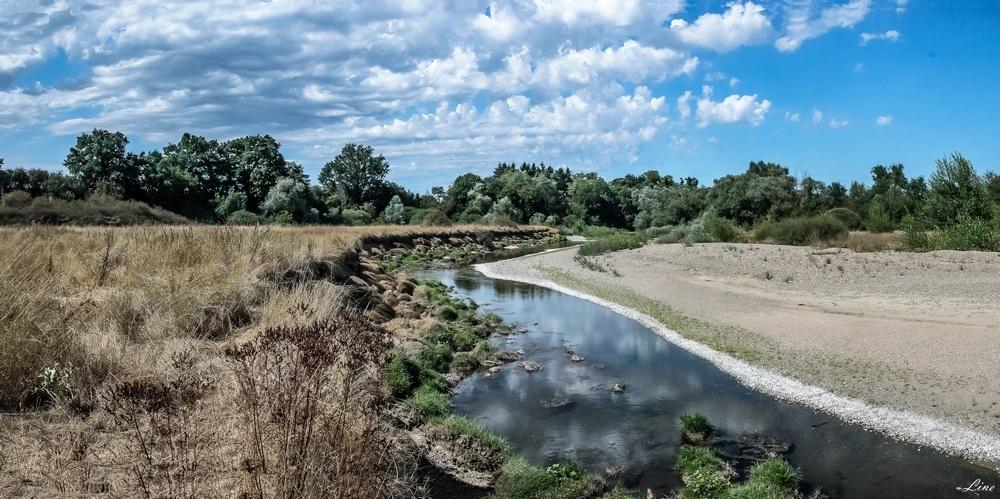 en longeant la rivière.JPG
